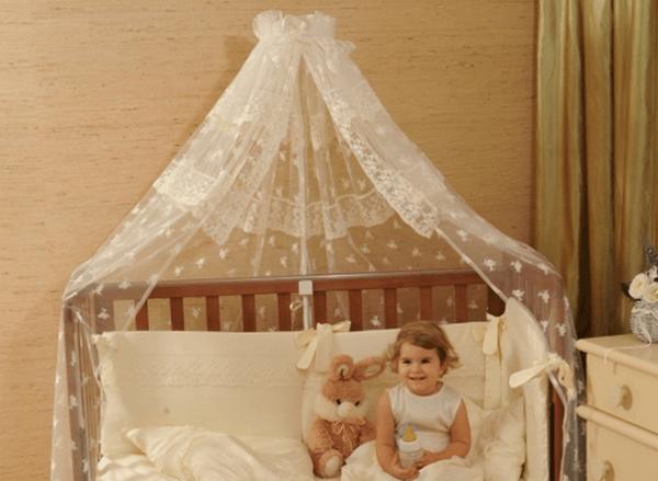 девочка в кроватке с балдахином