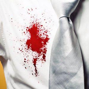 пятно крови на мужской рубашке