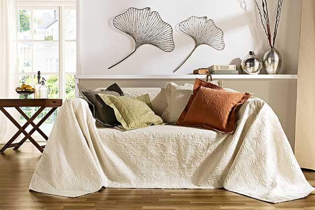 на фото белый плед на диване и подушки